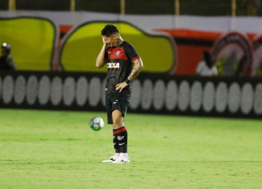 Vitória perde para o Atlético-PR e se complica na luta contra o rebaixamento   Tiago Caldas l EC Vitória