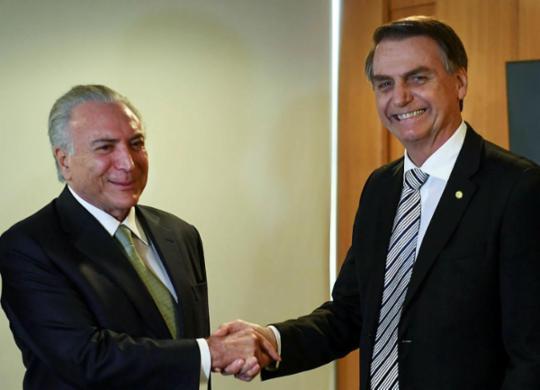 Bolsonaro diz que Temer está tratando da saída de médicos cubanos | Evaristo Sá | AFP