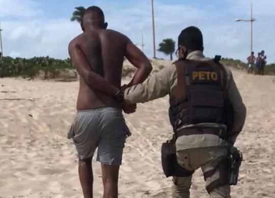 Suspeito de roubo em ônibus na orla é preso tentando fugir pelo mar | Divulgação | Polícia Militar