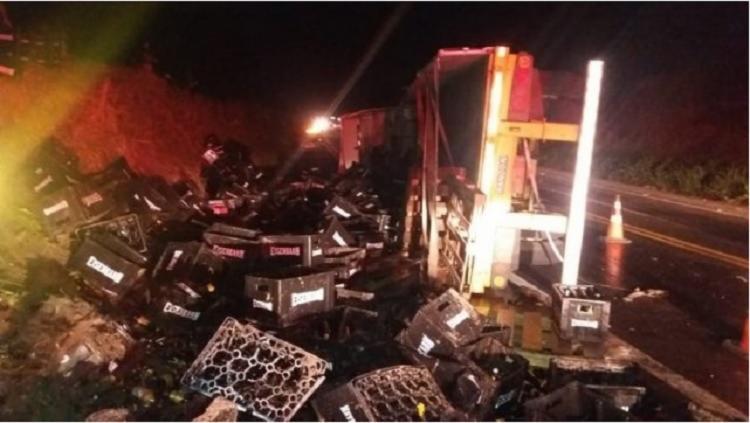 A carga ficou espalhada na pista e deixou a rodovia interditada por duas horas - Foto: Divulgação  Itaberaba Notícias
