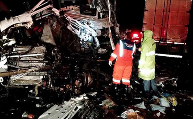 A colisão deixou o caminhão cegonha destruído e o motorista morreu preso nas ferragens - Foto: Reprodução | Blog do Rodrigo Ferraz