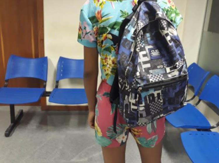 O suspeito abordou a vítima colocando uma arma nas costas dela, em um ponto de ônibus - Foto: Aldo Matos | Reprodução | site Acorda Cidade