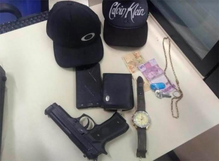 Foram apreendidos com os suspeitos um simulacro de arma e o celular da vítima