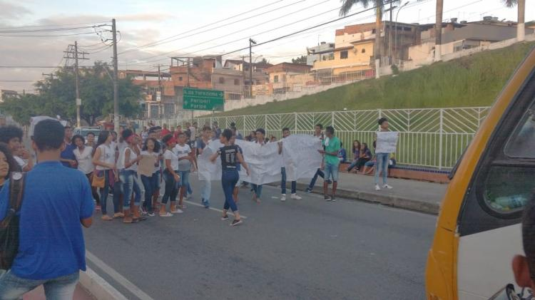 Alunos da instituições foram para o meio da rua e colocaram faixas e cantaram com dizeres