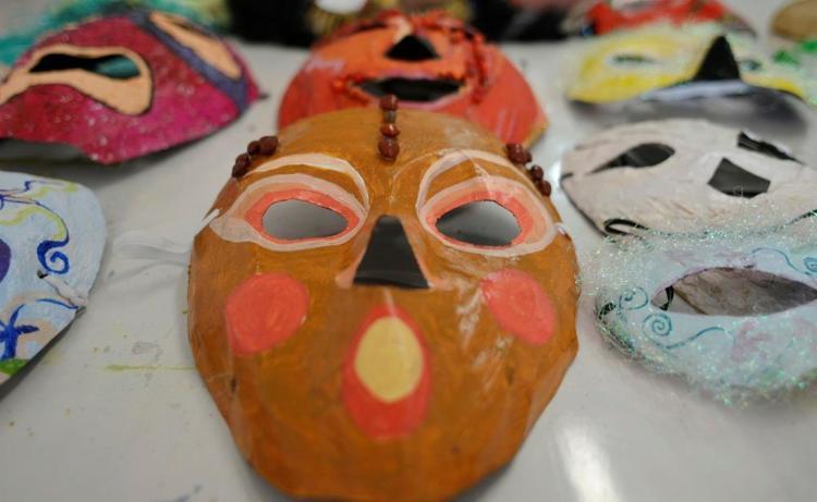 Máscaras produzidas pelos clientes da arteterapeuta Larissa Seixas - Foto: Shirley Stolze / Ag A Tarde