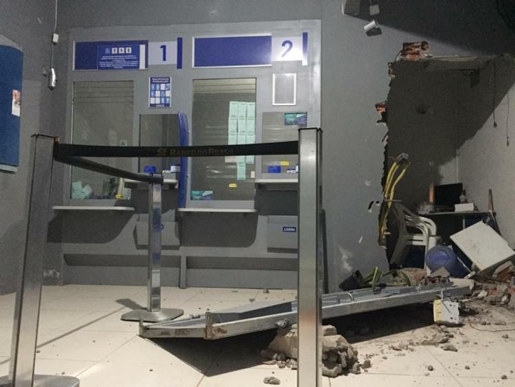Na ação criminosa, a porta que dá acesso ao interior da lotérica foi destruída - Foto: Cidadão Repórter | Via What'sApp