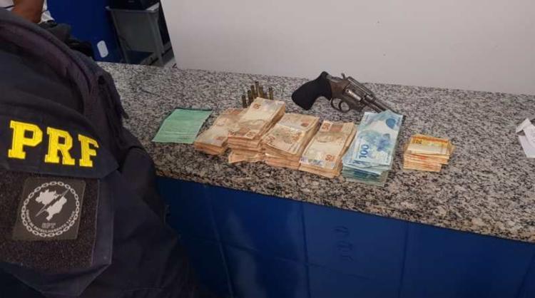 Dentro do carro, a polícia encontrou R$ 40.750,00 e um revólver calibre 38 - Foto: Divulgação | PRF