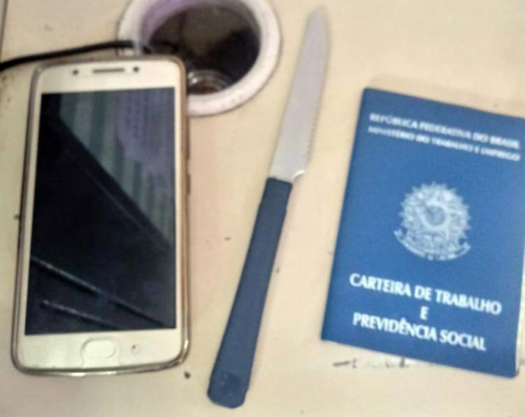 Com Wallace, que foi encaminhado ao Grupo de Repressão a Roubos em Coletivos (Gerrc), foram apreendidos uma faca e um celular - Foto: Divulgação | SSP-BA