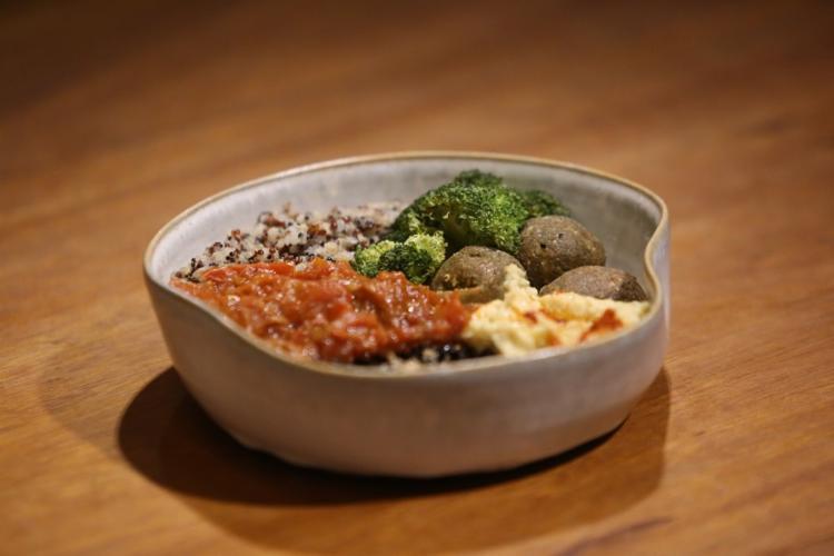 O falafel ao molho de hortelã e alho (R$ 18) e o tartare de banana-da-terra (R$ 22) são opções mais em conta
