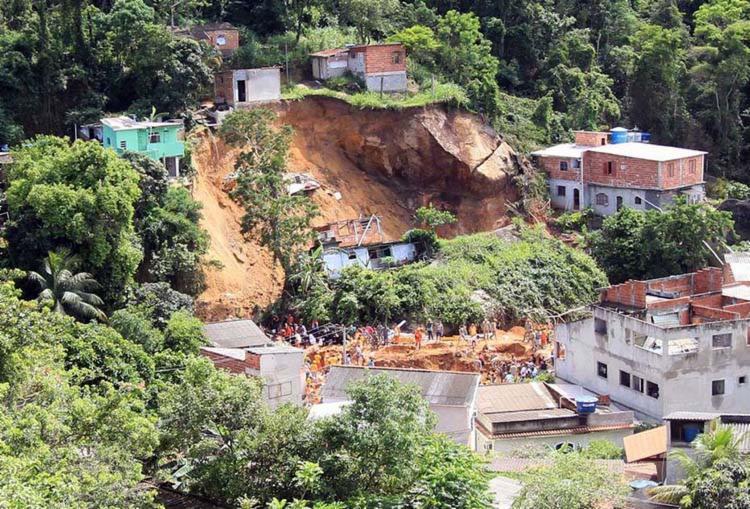 Pelo menos seis casas foram atingidas pelo deslizamento, no Morro da Boa Esperança, na chamada região oceânica de Niterói, mais afastada do Centro da cidade - Foto: José Lucena | Reprodução | Futura Press