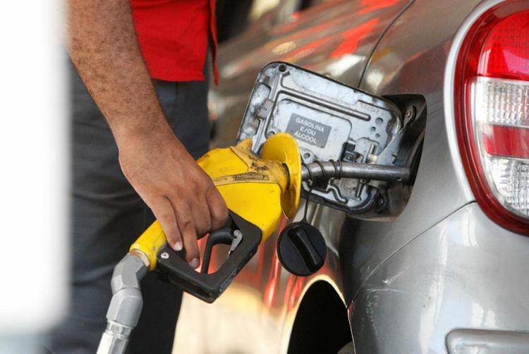 Preço médio do litro da gasolina A praticado pela Petrobras na refinarias é de R$ 1,7287 - Foto: Luciano Carcará | Ag. A TARDE