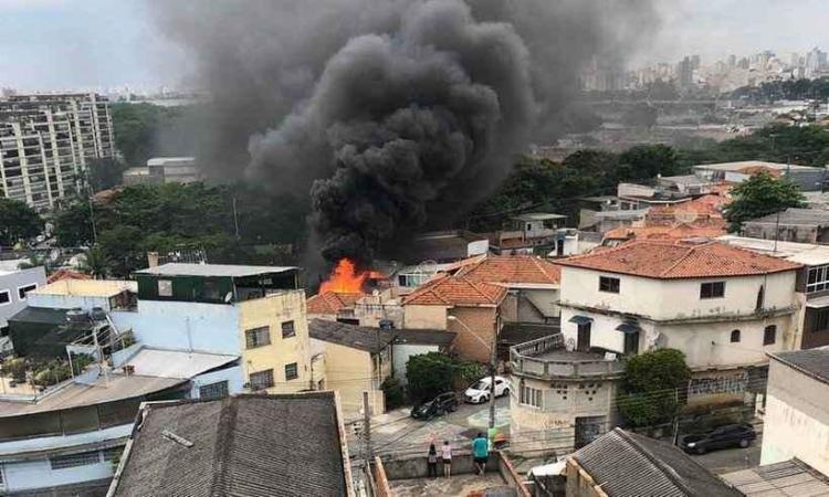 Avião acabou caindo em uma área residencial após decolagem. Quatro vítimas ficaram feridas. - Foto: Divulgação