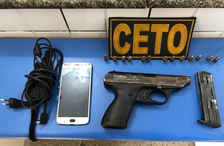Uma pistola 9 mm, munições e um aparelho celular estavam dentro da mochila - Foto: Reprodução | Polícia Militar