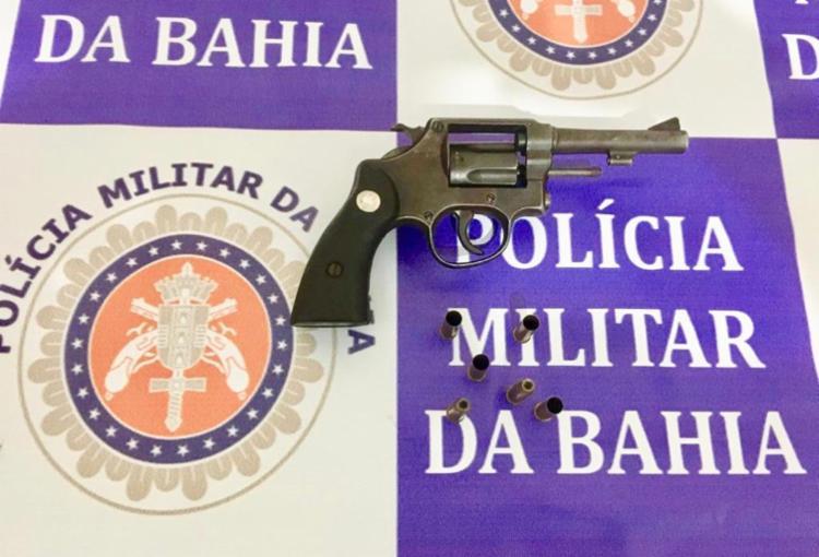 Como o suspeito foram apreendidos um revólver calibre 38 e munições - Foto: Divulgação   SSP-BA