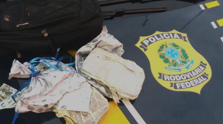 Dois quilos de crack foram localizados dentro do ônibus em Jequié - Foto: Divulgação | PRF-BA