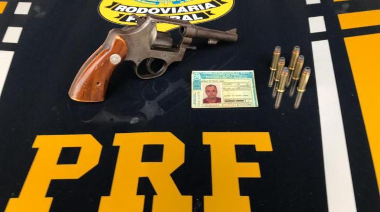 Os agentes localizaram o revólver calibre 38 carregado com 6 munições no assoalho do banco do carona - Foto: Divulgação   Nucom BA