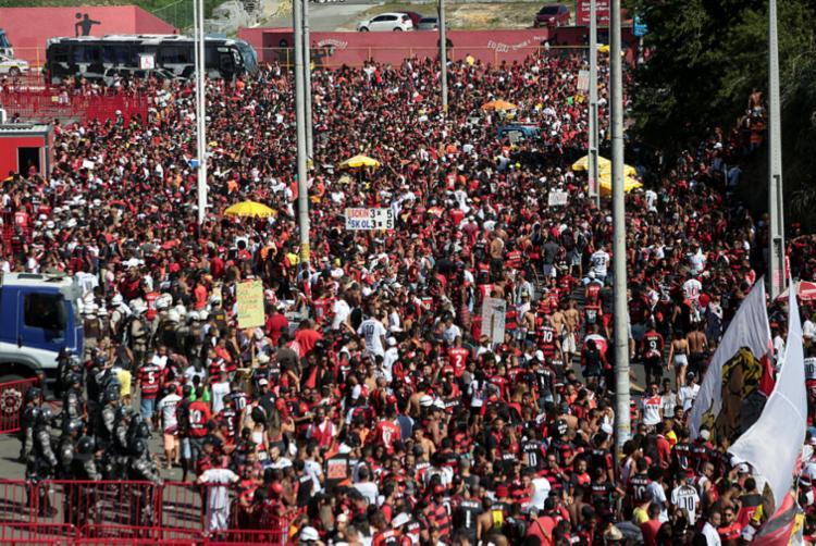 A partir das 13h, o tráfego de veículos será interditado até uma hora após o fim da partida em frente ao estádio - Foto: Raul Spinassé | Ag. A TARDE
