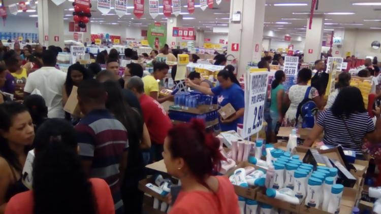 Lojas Americanas é um dos estabelecimentos mais cheios nesta manhã - Foto: Joá Souza | Ag. A TARDE