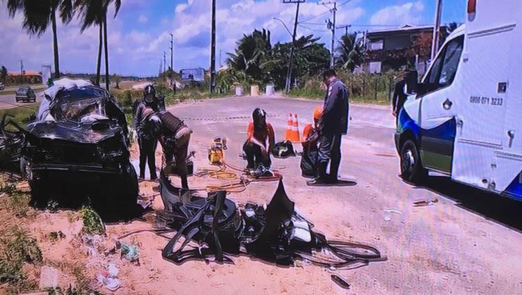 Uma das vítimas morreu na hora e a outra ficou presa às ferragens - Foto: Reprodução | TV Bahia