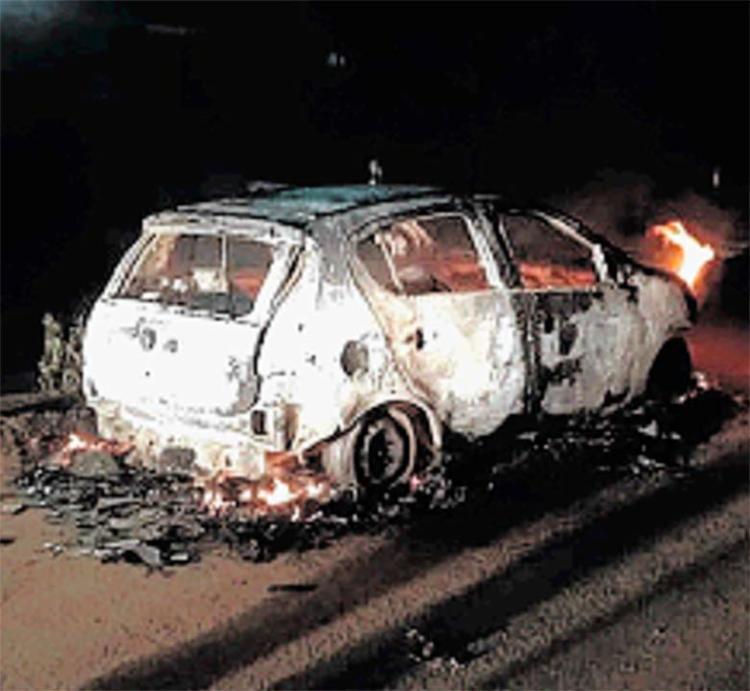 Carro do PM foi incendiado pelos criminosos na avenida Dois de Julho