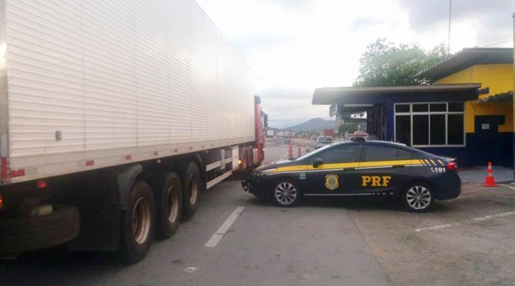 O condutor do veiculo informou a PRF, estava transportando que os mais de 2.800 litros de cerveja de Feira de Santana para São Paulo (SP) - Foto: Divulgação | PRF