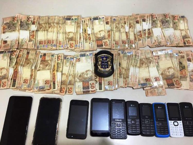 Os policiais entraram na residência, localizada na Rua Sulimam, e encontraram parte do material furtado, diversos celulares e R$11.150,00