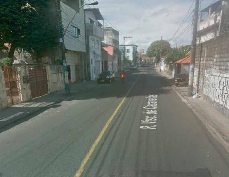 O acidente aconteceu por volta das 7h50, na rua Visconde de Caravelas, na Ribeira - Foto: Reprodução | Google Maps
