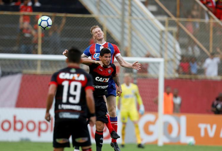 Douglas Grolli e Léo Ceará, personagens importantes do último Ba-Vi, disputam bola pelo alto