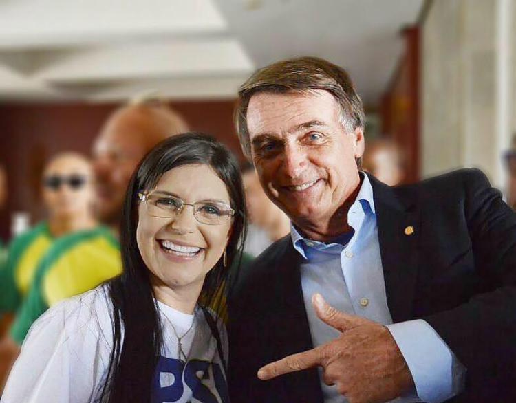 Ela conheceu Bolsonaro pelas redes sociais. Numa das postagens, ele gostou e respondeu - Foto: Reprodução | Facebook