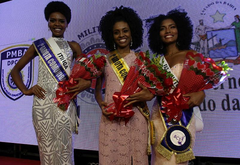 Thaila (centro) com a segunda e terceira colocadas no concurso de beleza