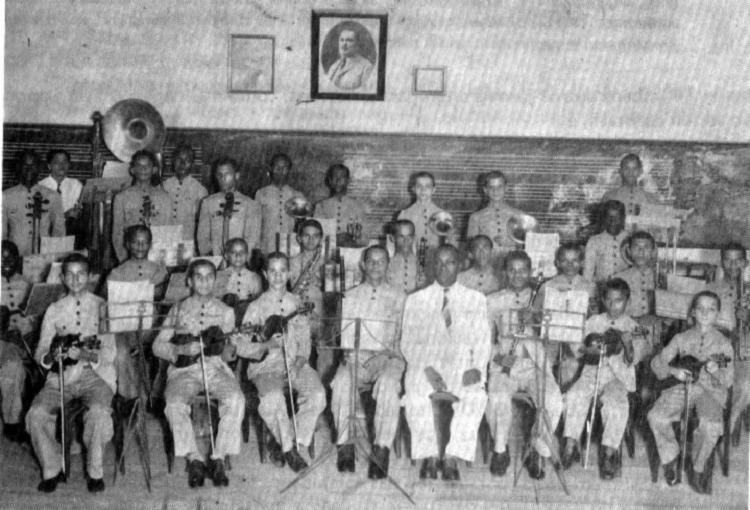 Vivaldo Conceição (em pé à esquerda) na orquestra juvenil do Colégio São Joaquim (1943)