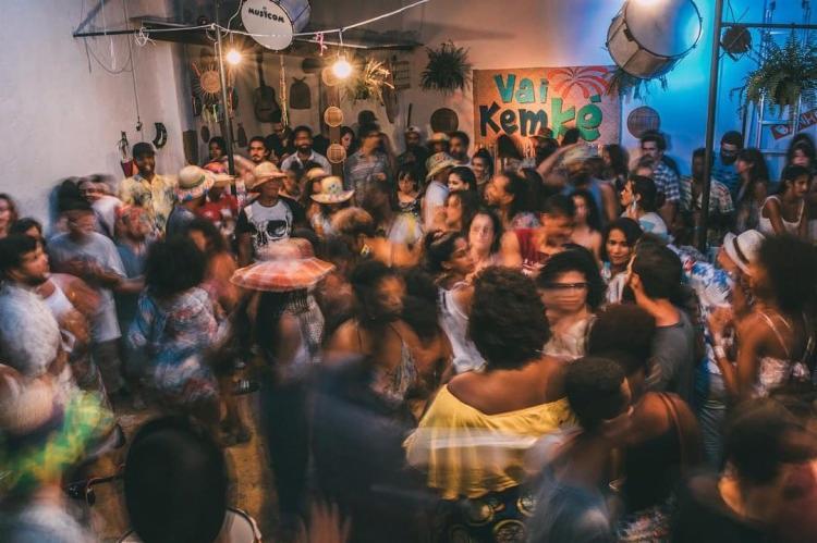 Samba do 'Vai Kem Ké' reúne pessoas de diversos gêneros e idades.