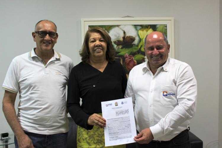 O convênio foi assinado pelo presidente da ABAP, Júlio Busato,; pela reitora Pro-Tempore da UFOB, Iracema Veloso; e pelo diretor substituto do Campus IX da UNEB, Ramão Jorge Dornelles - Foto: Divulgação