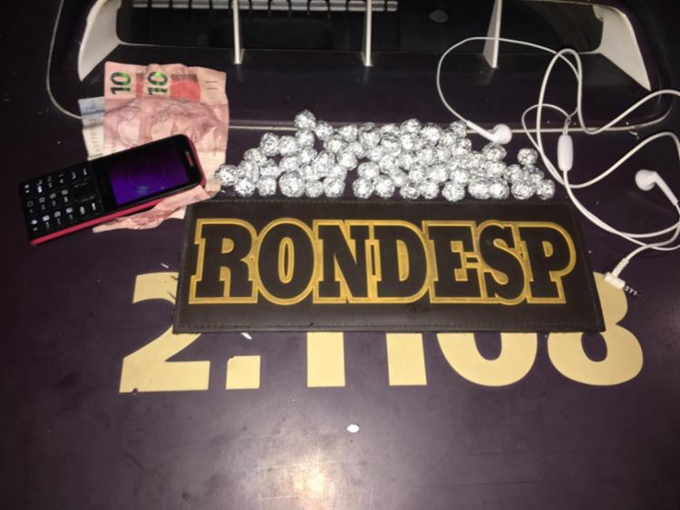 Além das drogas, os policiais apreenderam também R$ 22 em espécie e um celular - Foto: Divulgação   SSP-BA