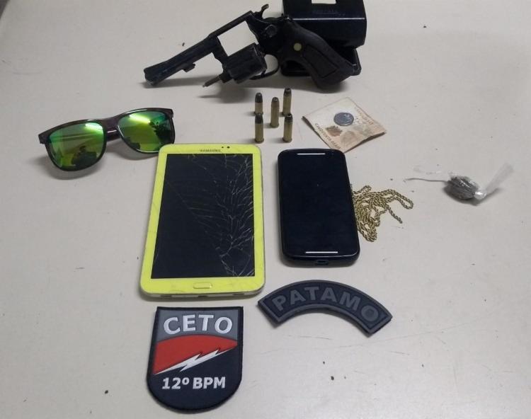 Com os suspeitos foram apreendidos um revólver calibre 38, munições, dois celulares, uma corrente de ouro e um relógio. - Foto: Divulgação | SSP-BA