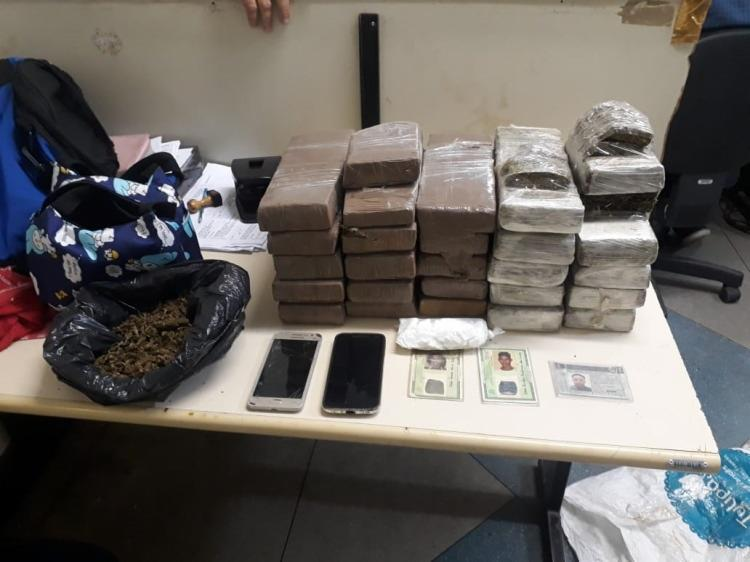 João Carlos Barbosa dos Santos, sua mulher e o comparsa Pedro Henrique dos Santos foram flagrados com drogas, na residência do casal, em Camaçari - Foto: Divulgação | SSP-BA