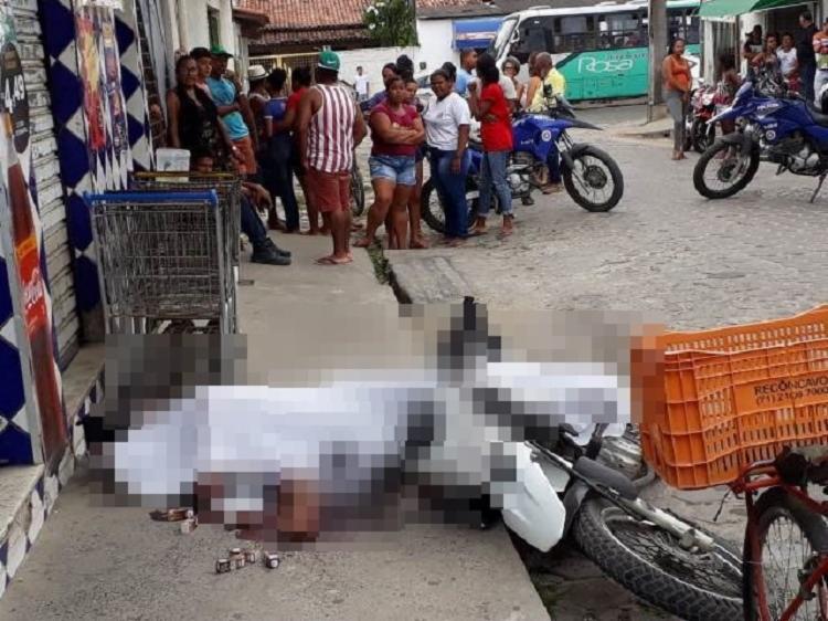 O jovem surpreendido por tiros na cabeça e costas por dois homens ao sair de um mercado na Rua C do conjunto Feira V - Foto: Divulgação| Aldo Matos| Acorda Cidade