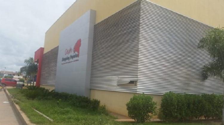 Para acessar o interior do centro de estabelecimentos do shopping, a dupla violou uma proteção metálica do local. - Foto: Divulgação