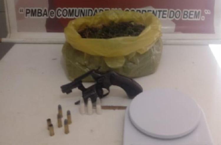 Na residência do suspeito foi encontrado um revólver calibre 32, munições, cerca de meio quilo de maconha, pinos de cocaína e uma balança - Foto: Divulgação | SSP-BA