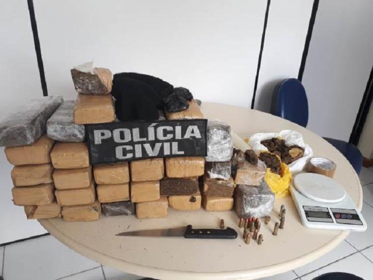 Com os suspeitos ainda foram encontrados mais de 22 quilos de drogas, uma balança de precisão e munição. - Foto: Divulgação