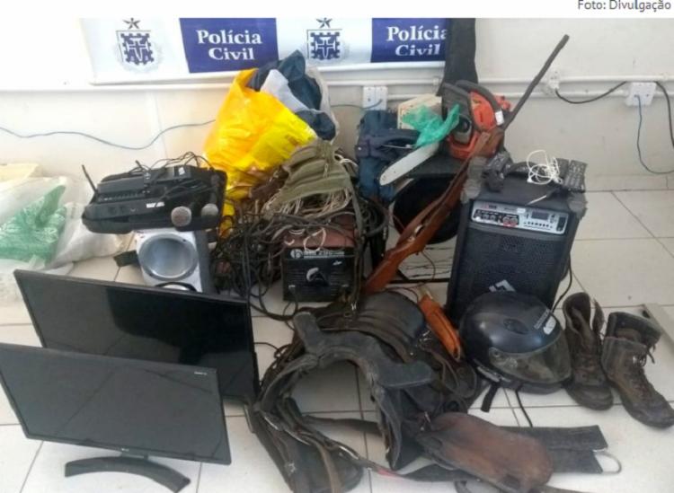 No local, os policiais apreenderam armas, drogas e objetos provenientes de roubos anteriores - Foto: Divulgação
