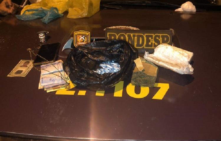 Com o suspeito foi encontrado meio quilo de maconha e cocaína utilizado para o tráfico - Foto: Divulgação   SSP-BA