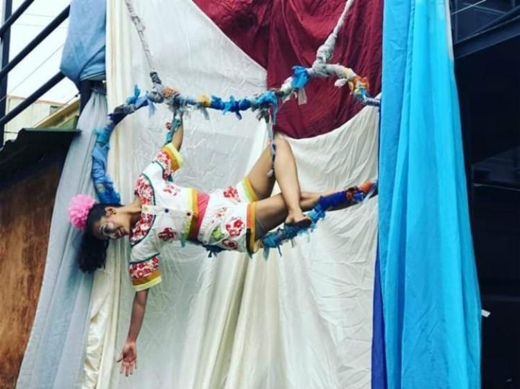 Zefinha é uma criança que vive distante da sociedade, atrás dos muros - Foto: Divulgação