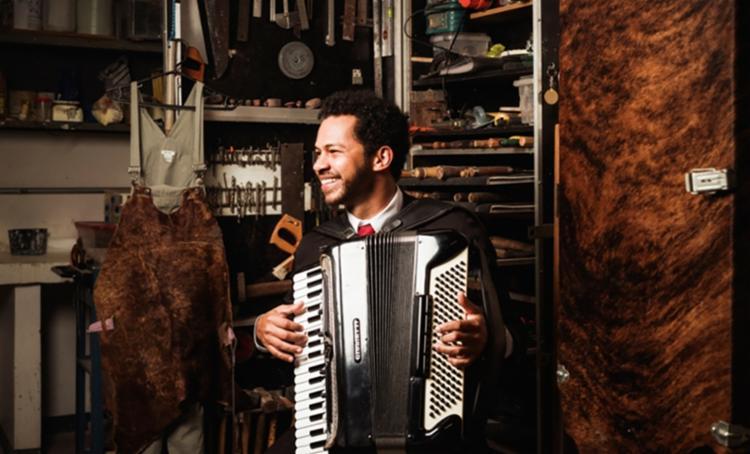 O próprio acordeonista é o responsável pela direção musical e arranjos das músicas que na sua maioria são autorais - Foto: Divulgação