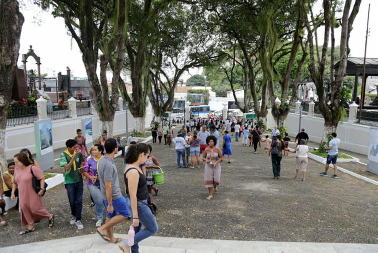 Durante o dia, cerca de 15 mil pessoas visitaram o Cemitério Campo Santo - Foto: Gilberto Jr | Ag. A TARDE