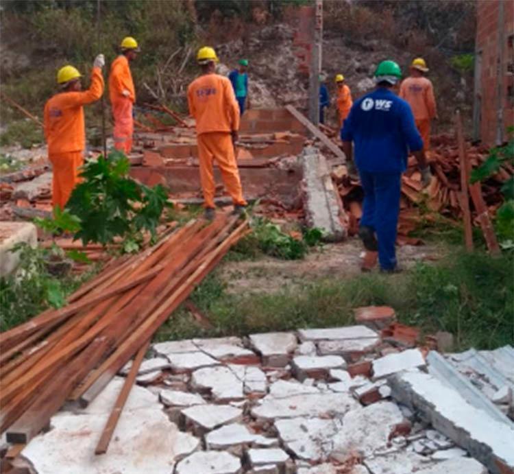 Segundo a Sedur, três imóveis que estavam desabitados foram demolidos; moradores reclamam - Foto: Divulgação | Sedur
