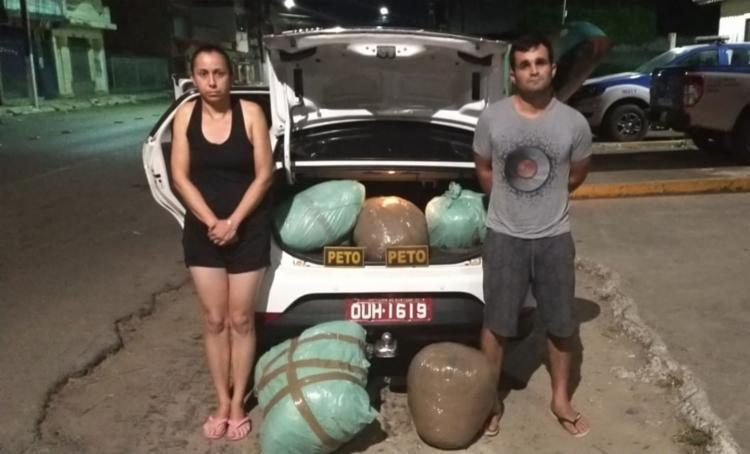 A droga apreendida e a dupla foram apresentados na delegacia de Santo Amaro - Foto: Divulgação   SSP-BA