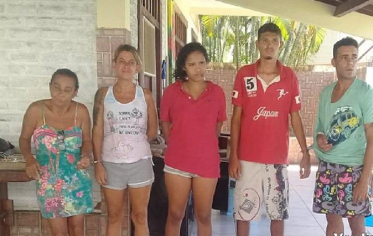 Com o grupo foram encontrados 101 tabletes grandes de maconha, 500g de crack e mais 14 trouxinhas de crack. - Foto: Divulgação