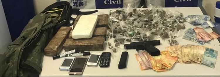 Drogas, celulares, arma e dinheiro foram apreendidos na operação desta quinta