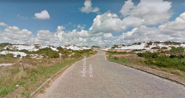 Os dois homens foram encontrados mortos na Via Parque das Dunas de Abrantes em Jauá - Foto: Reprodução   Google Maps